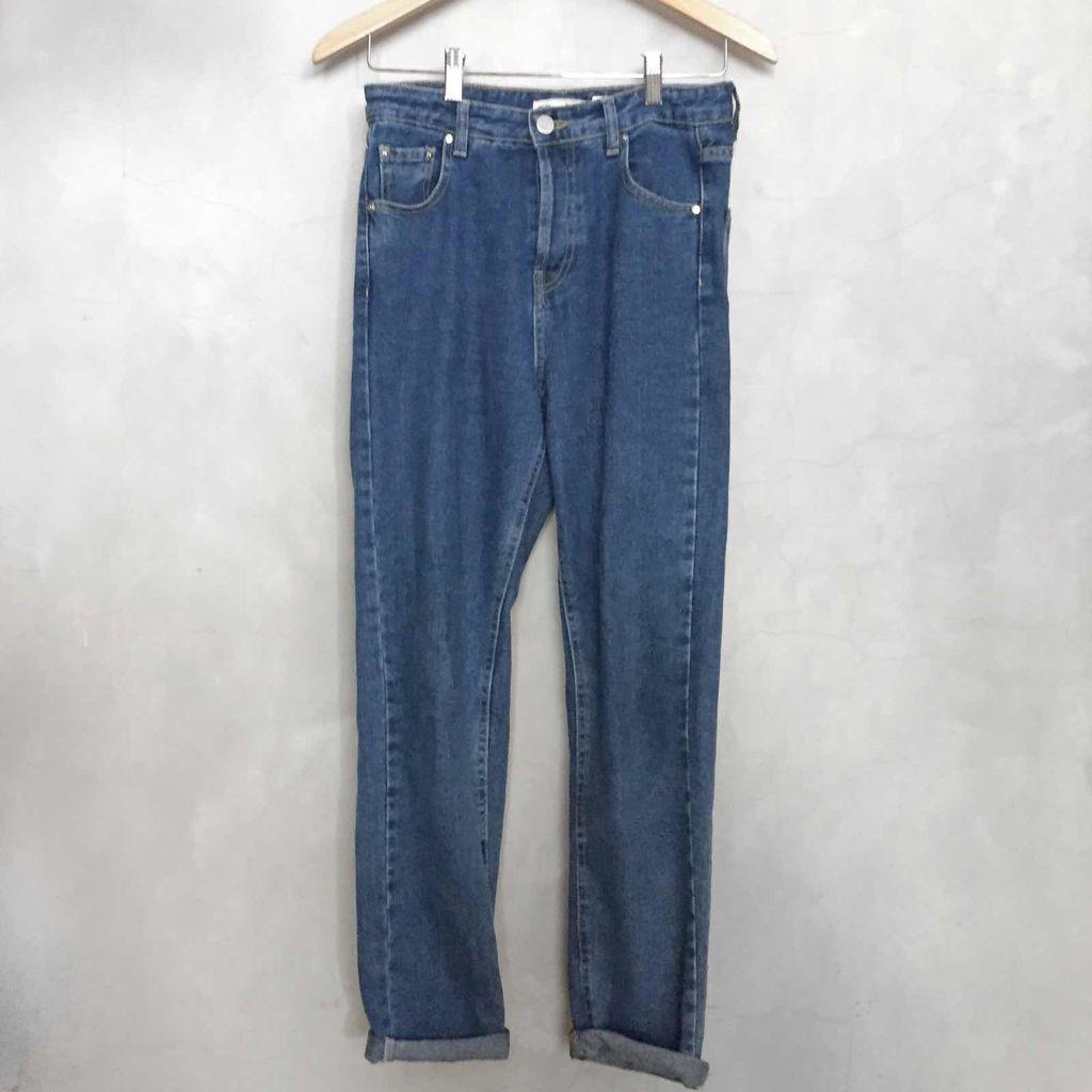 2. Meskipun Terlihat Jadul, Mom Jeans Tetap Keren Dipakai